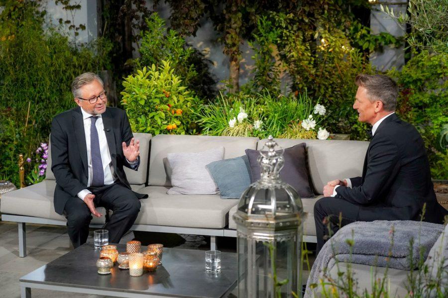 Am Abend der überraschenden Romy-Verleihungen konnte Moderator Andi Knoll ORF Generaldirektor Dr. Alexander Wrabetz begrüßen. (Foto: ORF/Roman Zach-Kiesling)