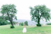 Die Designerin Eva Poleschinski kreierteein mit rund 22.000 Echtblumen und Blumenblättern von Hand besticktes Hochzeitskleid für die Hochzeitsregion Hartbergerland (Foto A Twist of Lemon)