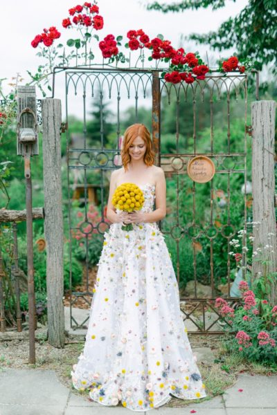 Für die Hochzeitsregion Hartbergerland kreierte Designerin Eva Poleschinski eine ganz besondere Hochzeitsrobe. Model: Alexandra Kröpfl. Haare & Make up: Sandra Pichler. Locations: Gartenatelier Bella Bayer & Weinhof Post im Hartbergerland. (Foto A Twist of Lemon)