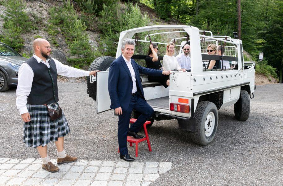 Cristiano Benvenuti, Verkaufschef für Europa und den Nahen Osten derSchmuck-Nobelmanufaktur Marco Bicego beim Besteigen des Pinzgauer-Shuttles. (Foto augenblick.at)