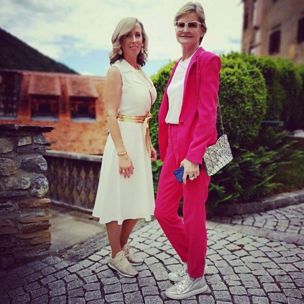 """""""Burgherrin"""" Silvia Unterrainer freut sich sehr, dass die Burg wieder zum Leben erwacht. Im Bild mit Journalistin Hedi Grager. (Foto Reinhard Sudy)"""