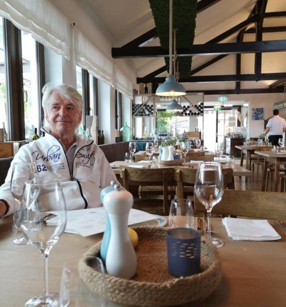 """Der """"Fischwirt im Urmeer"""" bietet im gemütlichen Innenraum wie auch auf der Terrasse jeweils 80 Sitzplätze und ist von Donnerstag bis Sonntag ab 11.30 Uhr geöffnet. Auch Autor Reinhard Sudy ist vom neuen Hotspot in der Südsteiermark begeistert. (Foto Hedi Grager)"""