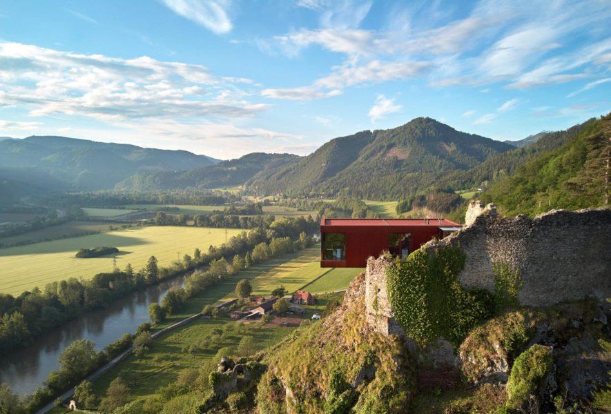 Werner Hochegger, er verstarb 2018, machte aus der Burg Rabenstein ein modernes Konferenz- und Veranstaltungszentren. Markantes Highlight: die Hochegger-Keusche, die über der Burg schwebt. (Foto Burg Rabenstein)
