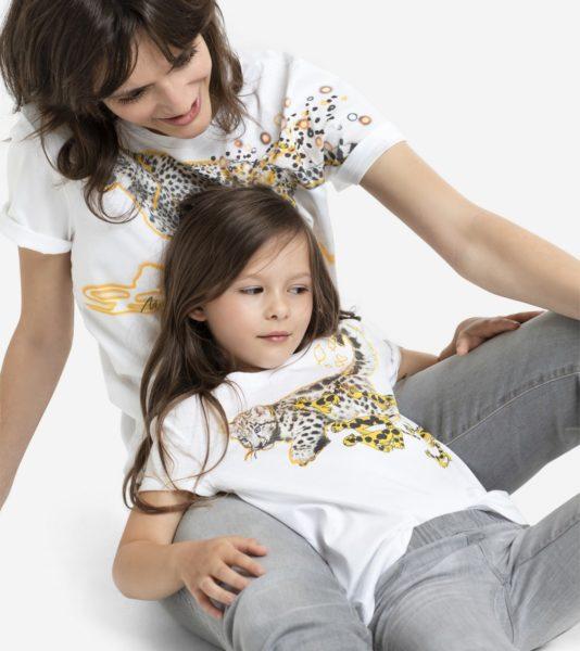 Etwas ganz Besonderes hat sich das Modeunternehmen Marc Cain zum Weltkindertag im September 2020 einfallen lassen: Erstmals gibt es den typischen Marc Cain Leo im liebevollgestalteten Partnerlook für Mutter und Kind. (Foto Marc Cain)