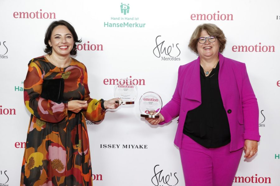 "Vera Schneevoigt aus München gewann in der Kategorie ""Frauen in Führung"" einen EMOTION.award. Im Bild mit Dr. Enise Lauterbach. (Photo by Franziska Krug/Getty Images for Emotion Award)"