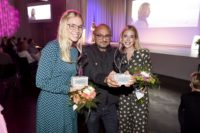 Janina und Josephina Vilsmaier übergaben Arash Riahi den Preis beim 8. Filmfestival Kitzbühel. (Foto FILMFESTIVAL KITZBUEHEL)