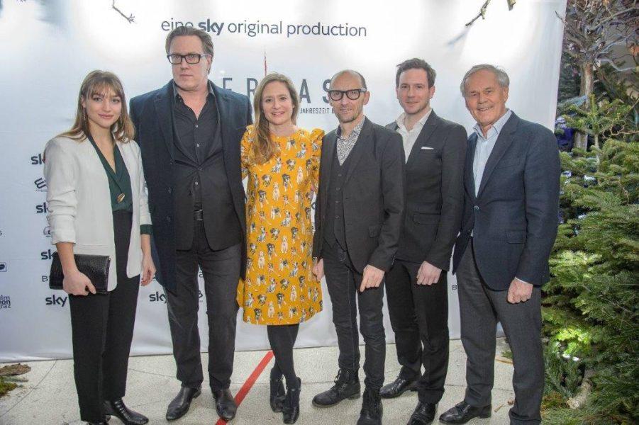 """Die Co-Produzenten Dieter und Jakob Pochlatko (re außen), epo-film, bei der Uraufführung der Serie """"Der Pass"""". (Foto epo-film)"""