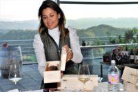 Mothwurf präsentierte die 1. Winzer-Lederhose® am Weingut Tement, einem prominenten Kooperationspartner für eine großartige Verbindung von Mode und Genuss. Im Bild Monika Tement. (Foto Reinhard Sudy)