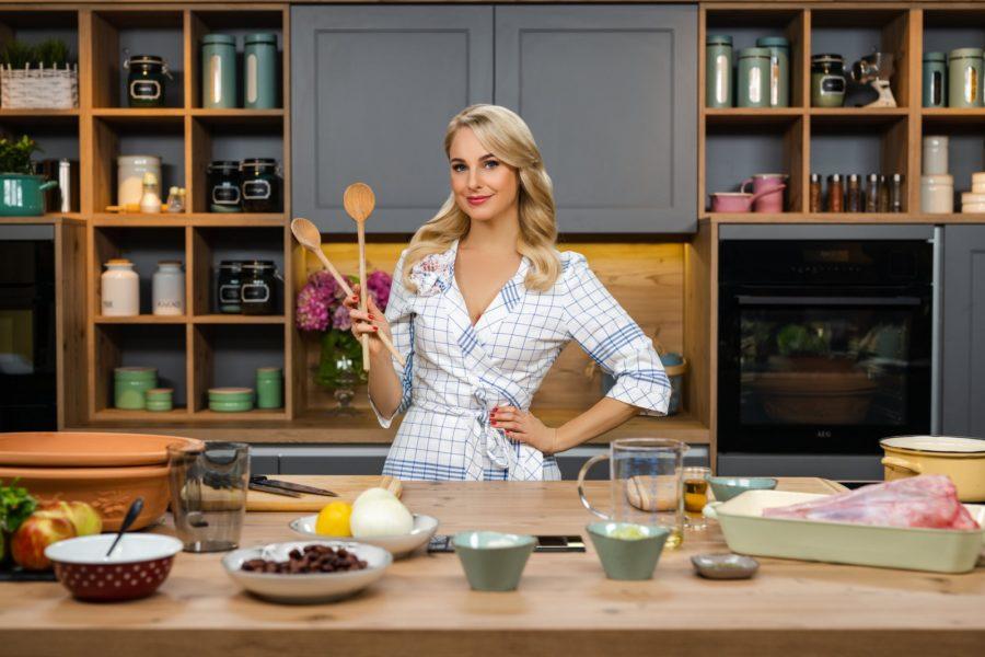 """""""Silvia kocht"""": Kochen mit den besten Köchinnen und Köchen Österreichs und zusätzlich in die schönsten Regionen des Landes entführt werden - all das verspricht Silvia Schneider mit dem neuen Kochformat. Im Bild: Silvia Schneider. (Foto: ORF/Lura Media/Simeon Baker)"""