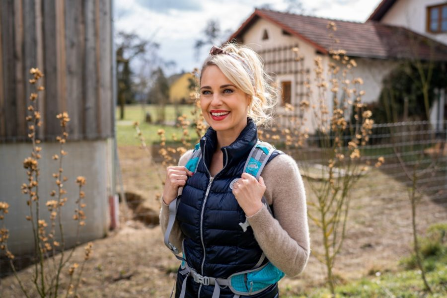 """In der Oberösterreich-Woche wandert Silvia Schneider am Freitag den Donausteig, einen sich 450 km von Passau über Linz bis Grein erstreckenden Weitwanderweg, entlang. Für die erste Folge der """"Unterwegs""""-Reihe hat sich die Moderatorin, die auch die Produktionsleitung hat und Regie führt, die Strecke von Untermühl im Bezirk Rohrbach bis zur Schlögener Schlinge ausgesucht. (Foto: ORF/Lura Media/Simeon Baker)"""