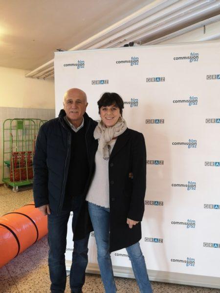 """Barbara Rosanelli, Leiterin der Film Commission Graz, mit dem Polizeibeamten Eduard Hamedl, der als Berater für den Film """"Taktik"""" fungierte. (Foto Hedi Grager)"""