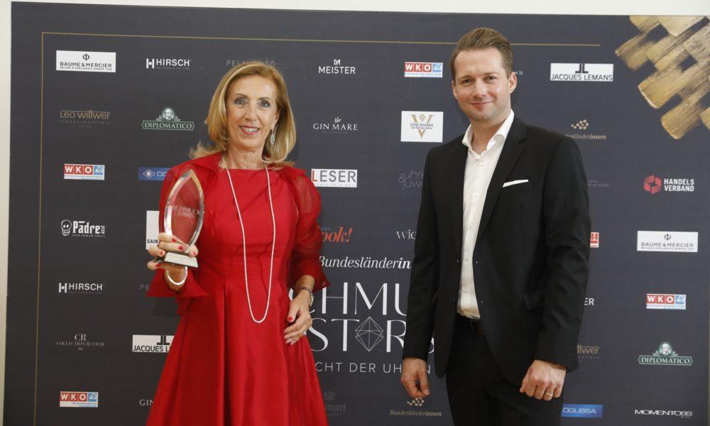 """Schmuckstars Awards 2020: Kategorie """"Klassischer Juwelier des Jahres"""" wurde Ilse Nadler, Juwelier Nadler. Hier mit Laudator Rainer Will. (Foto Stefan Joham)"""