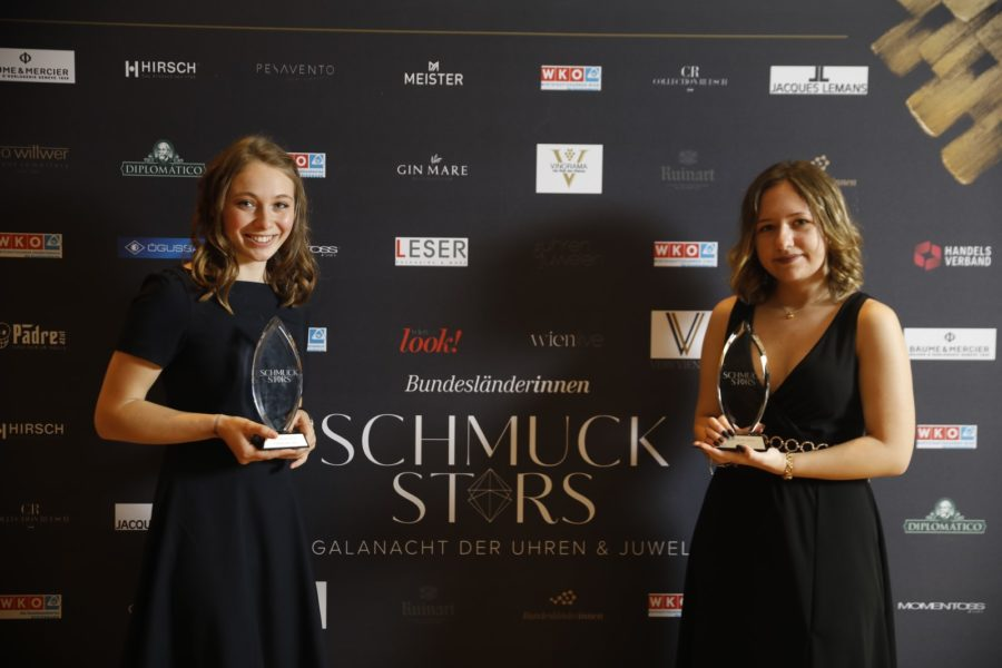 "Schmuckstars Awards 2020: Kategorie ""Lehrling des Jahres"" - Publikumsstar Lisa Haller und Preisträgerin Bettina Bartsch. (Foto Stefan Joham)"