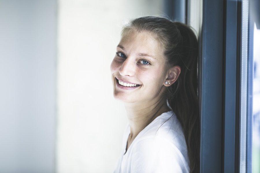 Bis vor kurzem reparierte Alexandra Rupp defekte Hinter-dem-Ohr-Hörgeräte, jetzt ist sie zur Assistentin der Produktionsleitung bei Neuroth aufgestiegen. (Foto Thomas Luef)