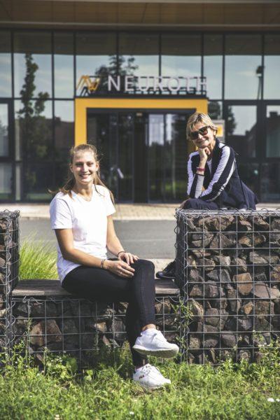 """""""Für mich war immer klar, dass ich keinen klassischen Frauenberuf einschlagen werde – und so bin ich Elektronikerin geworden"""", erzählt mir Alexandra Rupp, als ich sie bei Neuroth zum Interview treffe. Im Bild Alexandra Rupp und Hedi Grager. (Foto Thomas Luef)"""