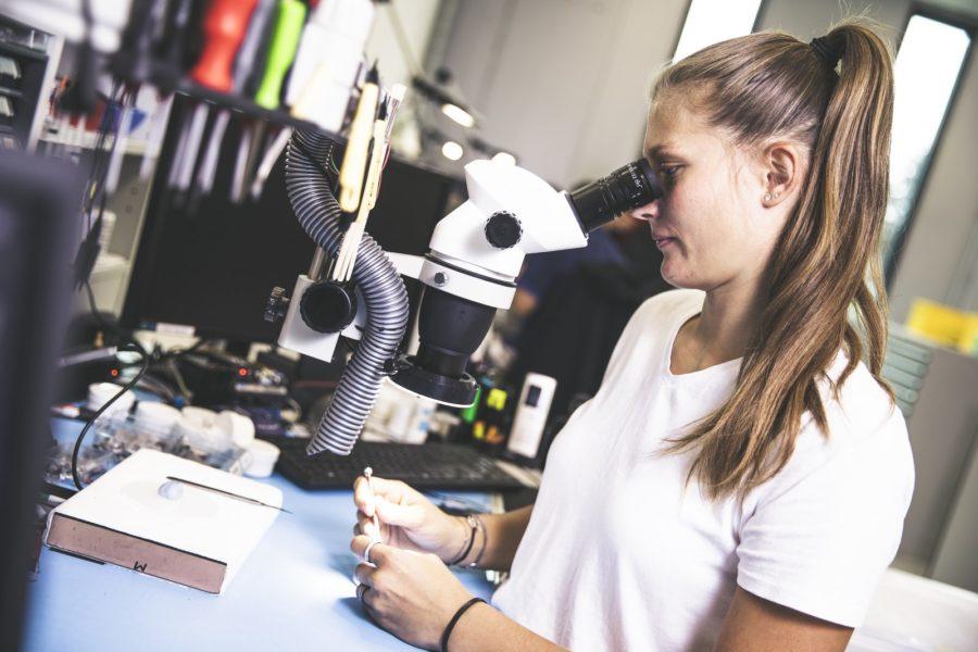 Alexandra Rupp liebt die Kleinstarbeit bei defekten Hinter-dem-Ohr-Hörgeräten bei Neuroth. (Foto Thomas Luef)