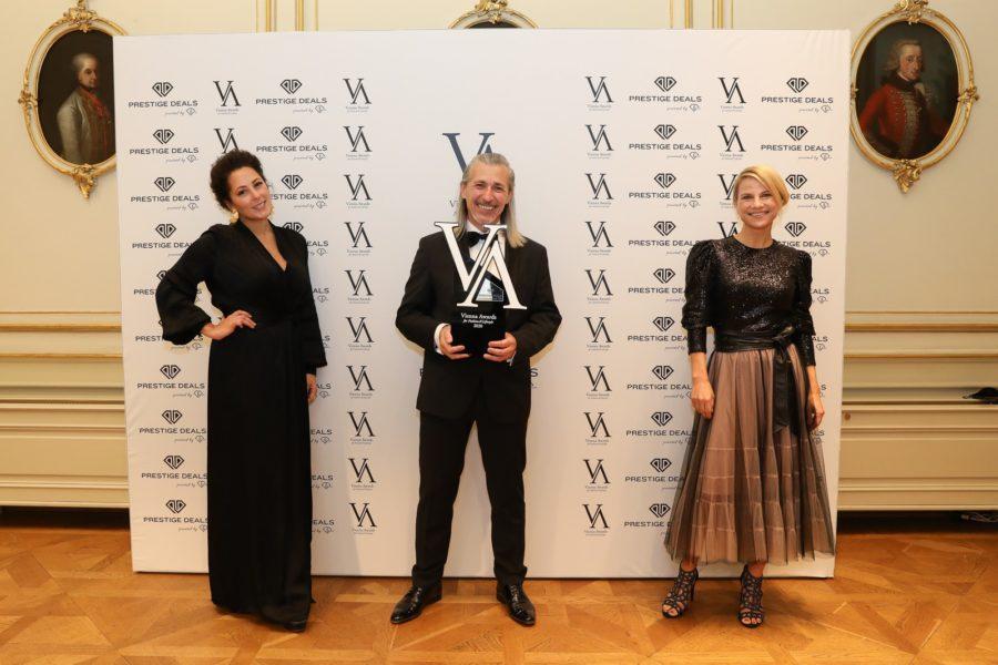 Vienna Awards for Fashion and Lifestyle 2020: Hair Stylist of the Year 2020 Gewinner Gerhard Kopfer, Pia Bundy, BUNDY&BUNDY (li.), und Laudatorin Schauspielerin und Intendantin der Festspiele Berndorf Kristina Sprenger. (Foto Katharina Schiffl)