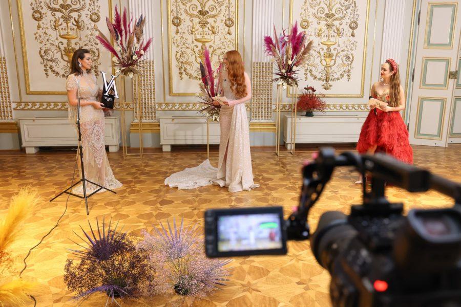 Vienna Awards for Fashion and Lifestyle 2020: Gewinnerin Nadine Mirada, Moderatorin Barbara Meier und Laudatorin TheMasked Singer Jurorin und Krone-TV-ModeratorinSasaSchwarzjirg. (Foto Katharina Schiffl)