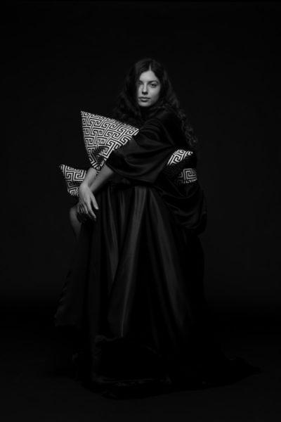 Kollektion ardea luh maison: Der Morgenmantel aus schwarzem Satinstoff von ZSA ZSA liegt angenehm weich auf der Haut und bringt ein Stück Komfort in euren Alltag. (Foto Rodarich/ Marija Kanizaj)