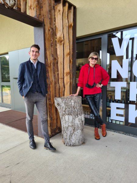 """Christopher Pohn liebt seine Arbeit in der VINEA Bar und Restaurant. """"Ich dachte, dass ich bei einer Neueröffnung etwas mitgestalten und mitbewirken kann."""" Im Bild mit Journalistin Hedi Grager. (Foto Reinhard Sudy)"""
