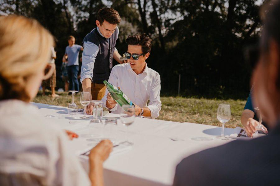 Als Sommelier hat sich Christopher Pohn ein ausgezeichnetes Wissen über Wein angeeignet. Hier mit dem südsteirischen Star-Winzer Armin Tement. (Foto Heldentheater)