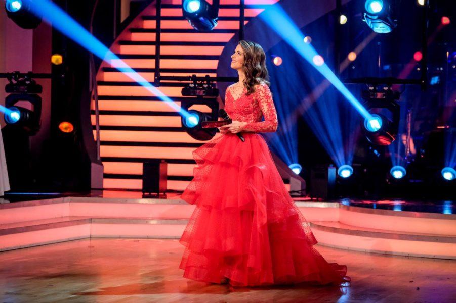 Moderatorin Kristina Inhof bezauberte bei Dancing Stars mit einer Robe von Eva Poleschinski. (Foto ORF/HansLeitner)
