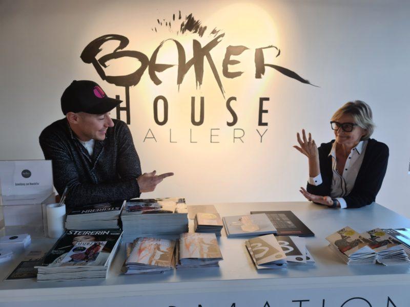 """""""Als Jugendlicher habe ich mich in eine Phantasiewelt geflüchtet und mir meine eigenen Welten gezeichnet"""", verrät mir Tom Lohner, als ich ihn in der Bakerhouse Gallery besuche. Im Bild mit Journalistin Hedi Grager. (Foto privat)"""