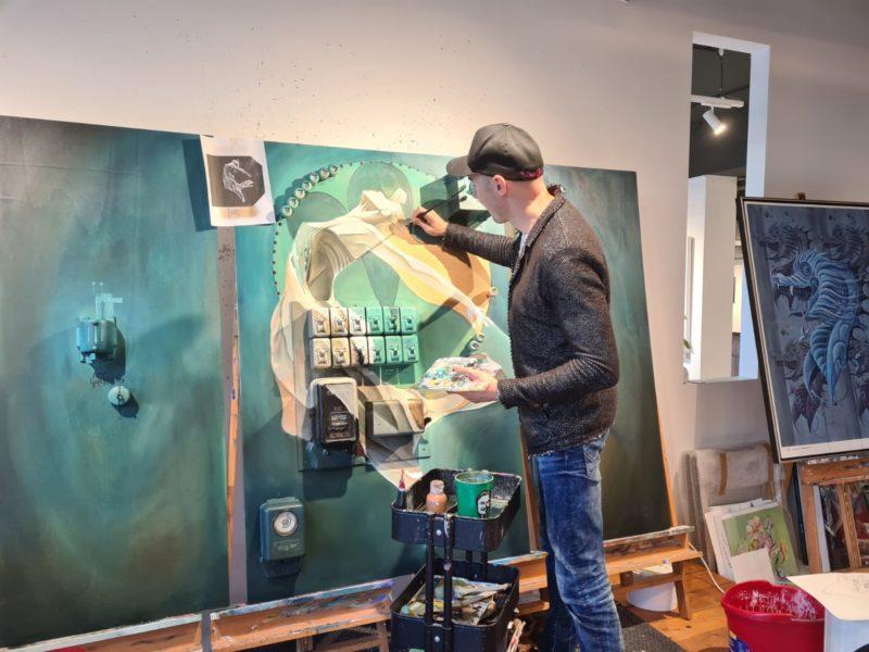 """Tom Lohner: """"Was Klaus Billinger und ich hier in der Bakerhouse Gallery machen, ist eigentlich mehr als Kunst, es ist wie Forschen. Ich forsche nach neuen Stilen, nach neuen Motiven und Gedanken, neuen Techniken und Materialien und wie man etwas umsetzen kann."""" (Foto Hedi Grager)"""