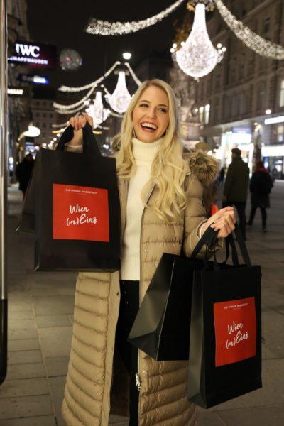 """Miss Vienna Beatrice Körmer: """"Besonders in der Weihnachtszeit liebe ich es, durch die beleuchteten Straßen Wiens zu gehen, die weihnachtlich geschmückten Auslagen zu bewundern und heiße Maroni zu genießen."""" Foto Katharina Schiffl)"""