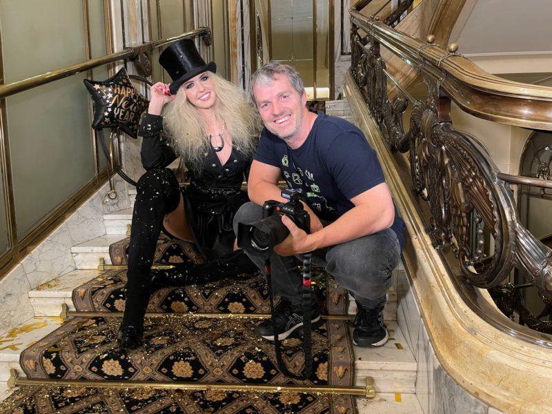 Zum Jahreswechsel shootete Starfotograf Manfred Baumann Miss Vienna Beatrice Körmer in den prunkvollen Räumlichkeiten des Hotel Bristol. (Foto Manfred Baumann)