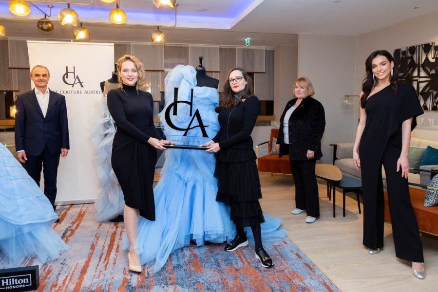 """""""Es erfüllt mich mit Stolz, so viel meisterliches Können und unglaubliche Kreativität, die unser Handwerk widerspiegelt, in Österreich zu wissen,"""" sagt die neue Bundesinnungsmeisterin für Mode und Bekleidungstechnik der Wirtschaftskammer Österreich, Christine Schnöll (2.v.re.), hier mit den Award-Gewinnerinnen Liliya Semenova & Diana Stoynova/InOrNear. (Foto HCAA/Jürgen Hammerschmid)"""