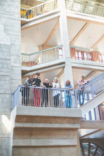 Für ihre Projekte arbeitet Anastasija Lesjak mit einem transdisziplinären Team - hier bei einem Workshop mit Prof. Richard Taylor und Mohawk Group an der Universität Oregon. (Foto Sandra Mulder)