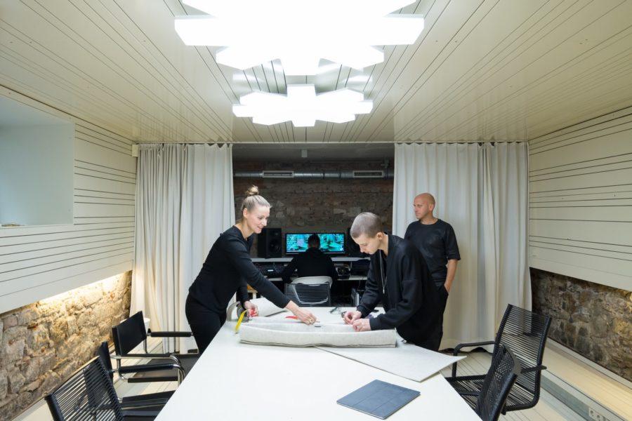 Anastasija Lesjak und Designerin Sabrina Stadlober bei der gemeinsamen Konzeption und Produktentwicklung. (Foto 13&9 Design)