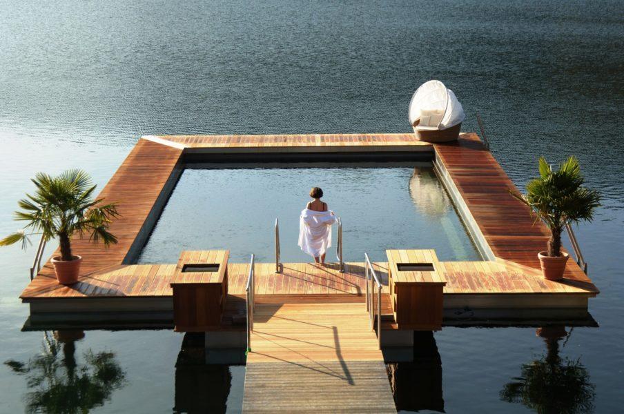 Verena und Hubert Koller haben am Millstätter See ein großzügiges Genussrefugium geschaffen, das in- und outdoor für besondere Momente sorgt: ein beheiztes Seebad direkt im See. (Foto KOLLERs)