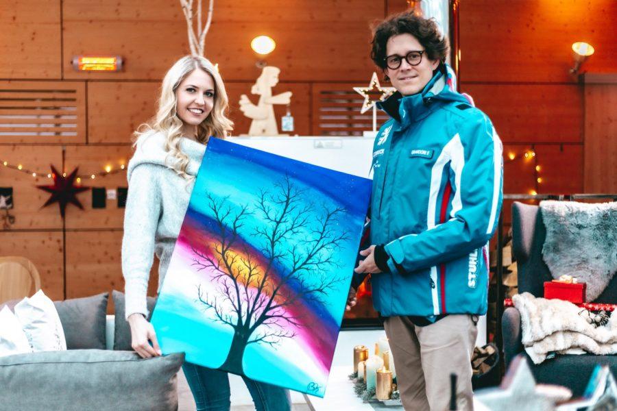 """Mit den Worten """"Herzlich Willkommen am Stuhleck"""" überreichte Fabrice Girardoni, Geschäftsführer der Bergbahnen Stuhleck, Sängerin Beatrice Körmer einen Blumenstrauß. (Foto www.chaluk.com)"""