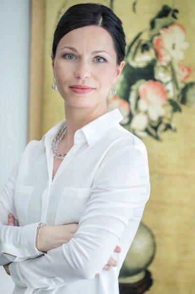 Sabine Schmitz ist TCM-Therapeutin und Heilpraktikerin, Autorin internationaler Fachbücher und Artikel zum Thema Hautgesundheit und Chinesische Kräutermedizin sowie Gründerin und Geschäftsführerin von CHINAMED COSMETICS®. (© 2020 by Sabine Schmitz)