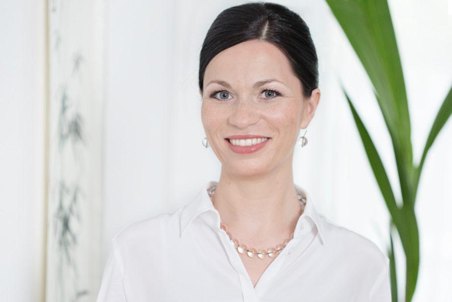 TCM-Expertin Sabine Schmitz war vor ihrer Tätigkeit im Bereich der TCM über 15 Jahre in verschiedenen Bereichen der Schulmedizin wie Krankenhaus, Forschung und Labor sowie nationaler und internationaler Klinischer Forschung tätig. (© 2020 by Sabine Schmitz)