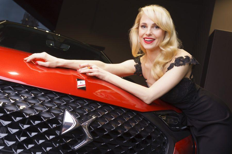 Mit Silvia Schneider konnte DS Automobiles eine bekannte österreichische Fernsehmoderatorin, Schauspielerin und Modedesignerin als Markenbotschafterin gewinnen. Hier mit dem DS 3 Crossback E-Tense. (Foto DS Automobiles/FOTObyHOFER/Christian Hofer)