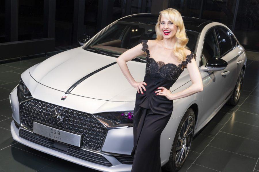 Silvia Schneider liebt es, Markenbotschafterin für DS Automobiles zu sein. Hier mit dem DS 9 E-Tense im DS Schauraum Wien. (Foto DS Automobiles/FOTObyHOFER/Christian Hofer)