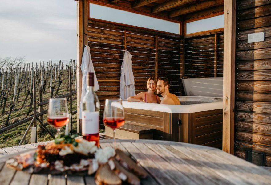 Weingarten-Resort-Besitzer Thomas Pompernigg öffnet ab 27. März 2021 seine wunderschön gelegenen Weinhäuser, 8 exklusive Chalets mitten in den südoststeirischen Weinbergen. (Foto Conny Leitgeb)
