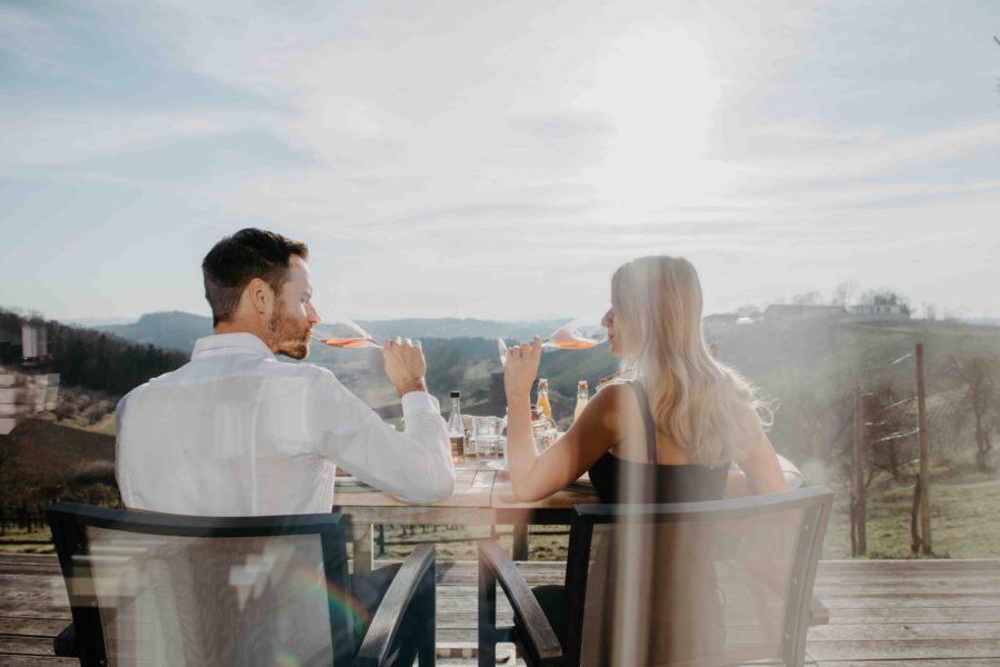 """Weingarten-Resort im südoststeirischen Unterlamm: Im privaten 4-Sterne-""""Gastgarten"""" mit Sonnenliegen und nach Wahl Whirlpool, Badezuber oder Outdoor-Himmelbett darf man sich den ganzen Tag wie im Urlaub fühlen. (Foto Conny Leitgeb)"""