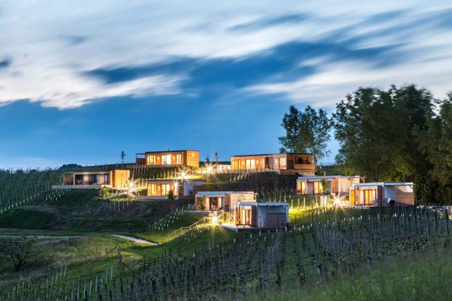 Der kreative Besitzer Thomas Pompernigg eröffnet ab 27. März kurzerhand die Terrassen seiner 8 exklusiven Weingarten-Chalets. (Foto Weingarten-Resort)
