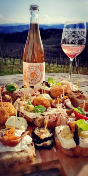 """Voraussichtlich Mitte Mai 2021 wird """"APERITIVO – die italienisch-steirische Pop-up-Bar an der Weinstraße"""" öffnen und köstliche """"Cicchetti"""", und Focaccia servieren, dazu beste Sekte, Frizzante und Weine. (Foto Apresvino)"""