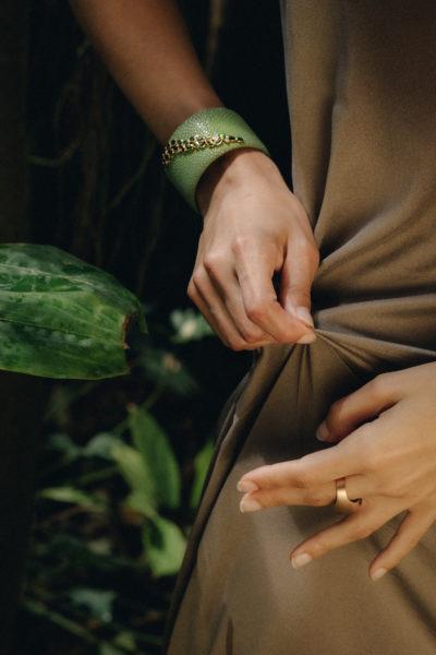 """CASE Awards: Der grüne Galuchat-Armreif aus der Kollektion """"Jungle Out There"""" von SCHULLIN erreichte in der Kategorie """"Armbänder bis 5.000 $"""" den 1. Platz (Foto Kurt Bauer)"""