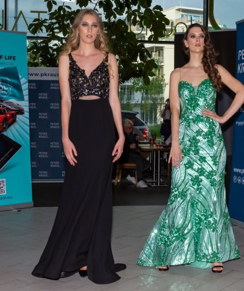Models Alida Tolmaier und Alexandra Kovacevic in Mode von Erika Suess. (Foto AS-Foto Albert Stern)