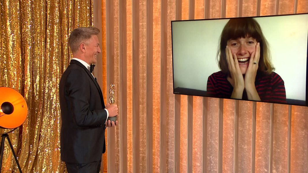 """""""ROMY 2021 - Der Österreichische Film- und Fernsehpreis"""": Andi Knoll überreichte Schauspielerin Miriam Stein die ROMY als """"Beliebteste Schauspielerin Film"""". (Foto: ORF)"""