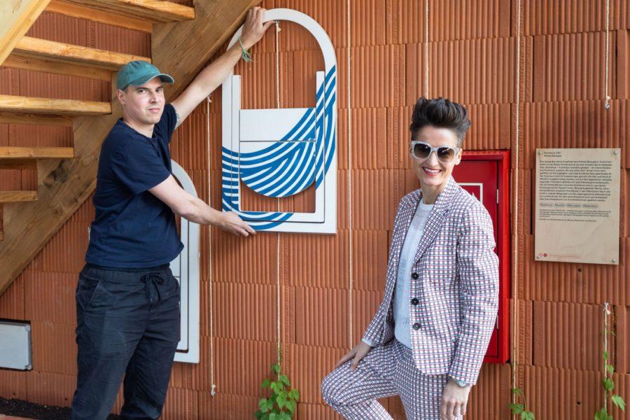 Mit dem Captain Clap haben Interior Designerin Simone Kovac und Produktdesigner Lukas Klingsbichel einen formschönen Klappstuhl geschaffen, der an der Wand hängend auch als Kunstwerk gesehen werden kann. Im Designmonat zu sehen im Kunsthaus Graz Shop. (Foto Konstantinov)