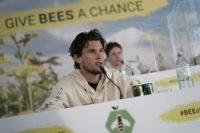 """BioBienenApfel - ein neues grenzenloses Geschäftsprojekt zum Schutz der Artenvielfalt. Prominenter """"Bienen-Botschafter"""" Dominic Thiem. (Foto Philipp Platzer)"""