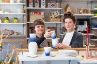 Mit dem Wilhelmsburger Geschirr-Museum gemeinsam haben die Designerinnen Silvia Stocker und Marie Nemeth (studiotut) ein Produktset aus Porzellan entwickelt, das auf historische Objekte und die Spritzgusstechnik Bezug nimmt. Zu sehen im HERZlich Laden von Jugend am Werk am Mariahilferplatz. (Foto Konstantinov)