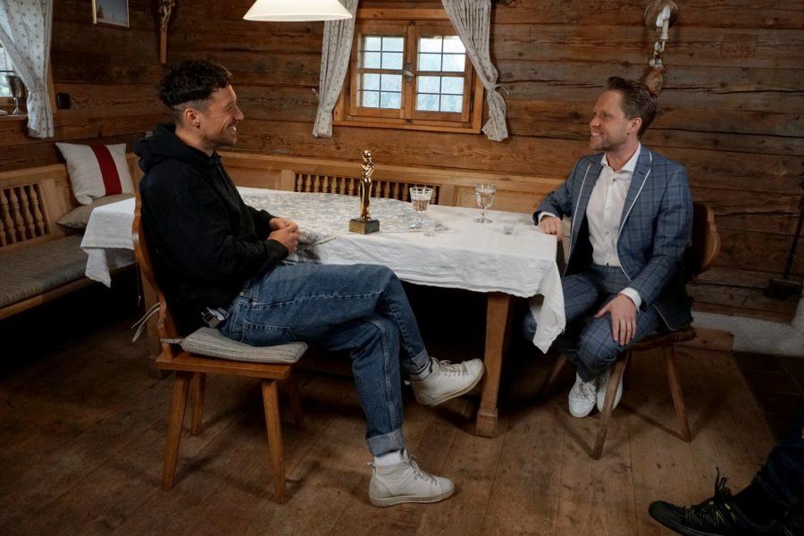 """""""ROMY 2021 - Der Österreichische Film- und Fernsehpreis"""": Klaus Steinbacher wurde von Markus Freistätter mit der ROMY als """"Beliebtester Nachwuchs männlich"""" überrascht. (Foto: ORF/Kurier/Mike Bernard)"""
